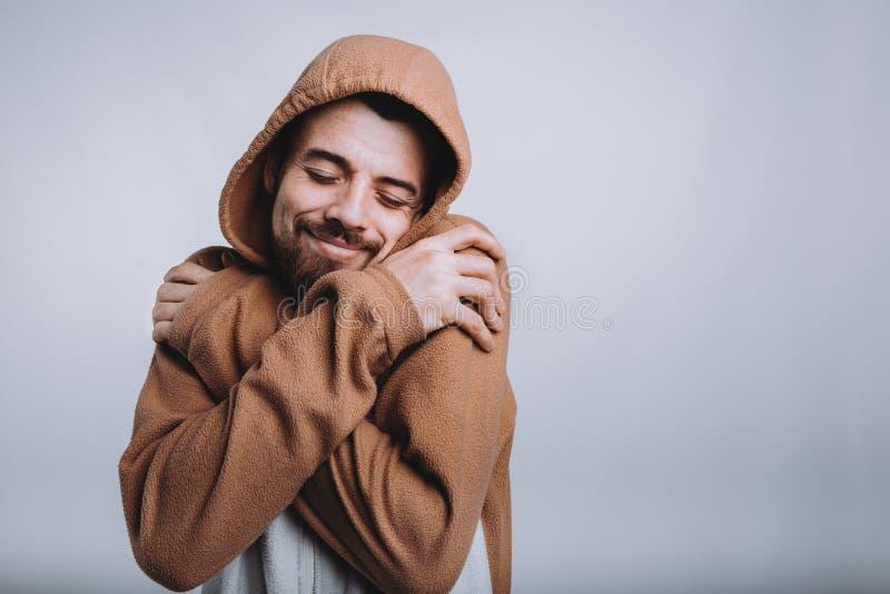 El hombre hermoso joven está llevando los pijamas o el vestido de lujo imágenes de archivo libres de regalías
