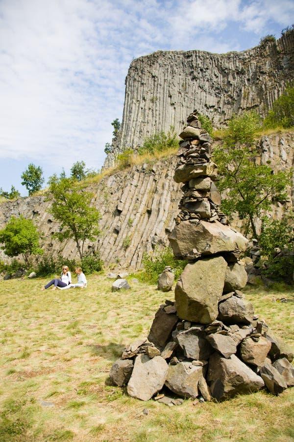 El hombre hizo la torre de la piedra al aire libre, con el fondo único de la pared de la formación de roca del basalto fotografía de archivo libre de regalías