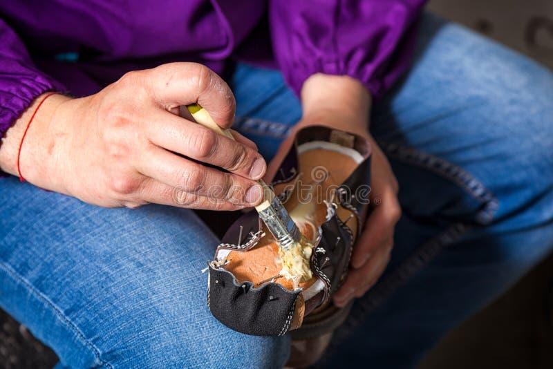 El hombre hizo los zapatos del ` s de los niños fotografía de archivo libre de regalías