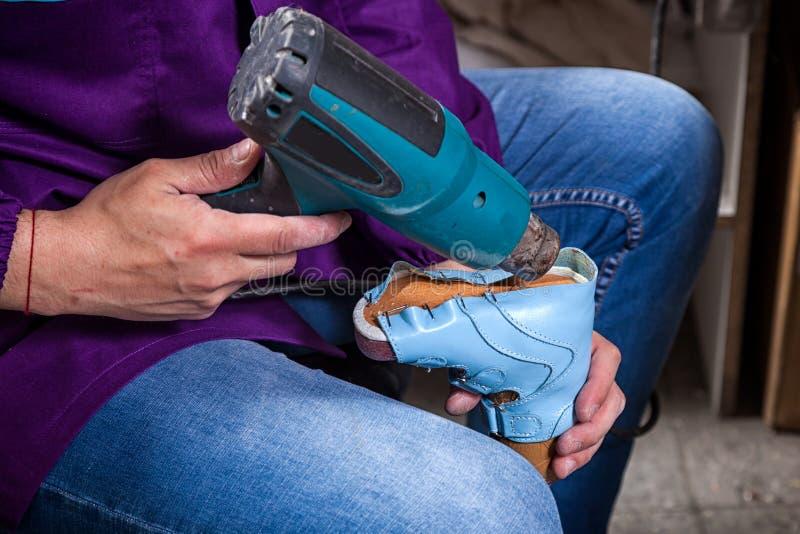 El hombre hizo los zapatos del ` s de los niños foto de archivo libre de regalías