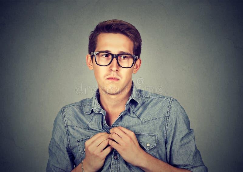 El hombre introvertido nervioso siente torpe foto de archivo