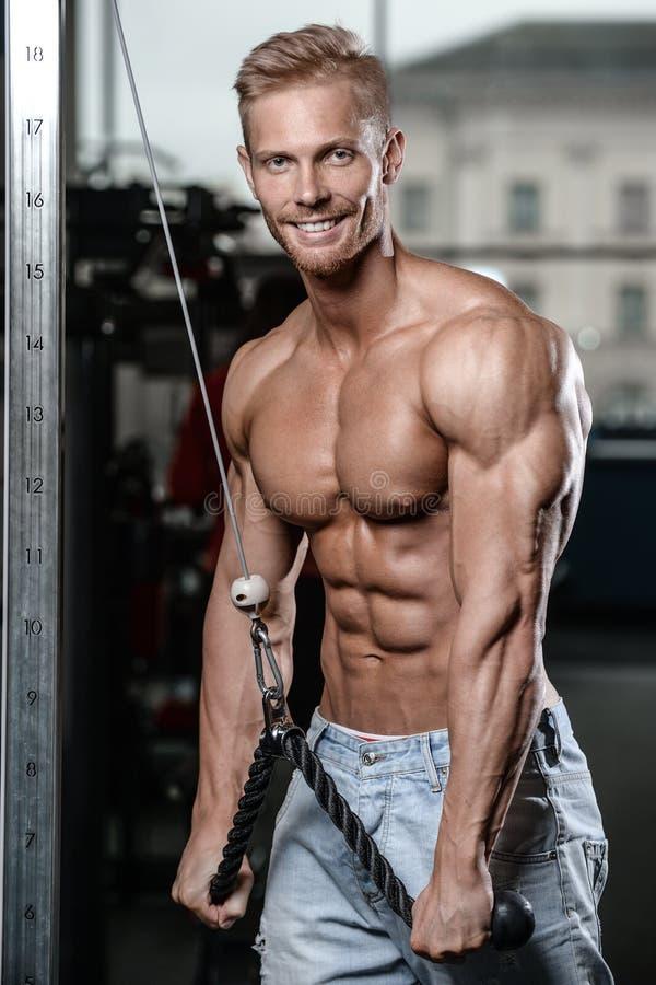 El hombre joven atlético fuerte y hermoso muscles el ABS y el bíceps imágenes de archivo libres de regalías
