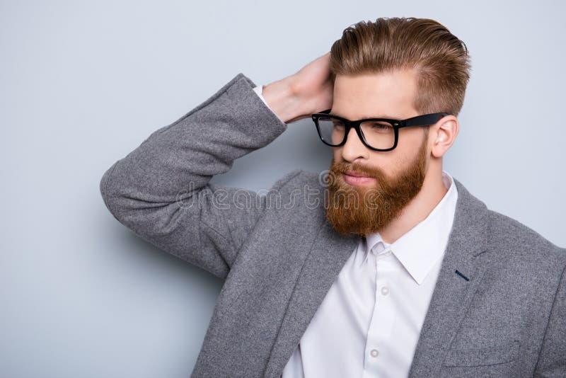 El hombre joven barbudo hermoso pensativo confiado está mirando wea ausente fotografía de archivo