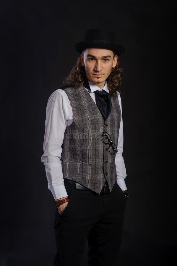 El hombre joven caucásico hermoso en una camisa, un traje y un sombrero blancos fotos de archivo libres de regalías