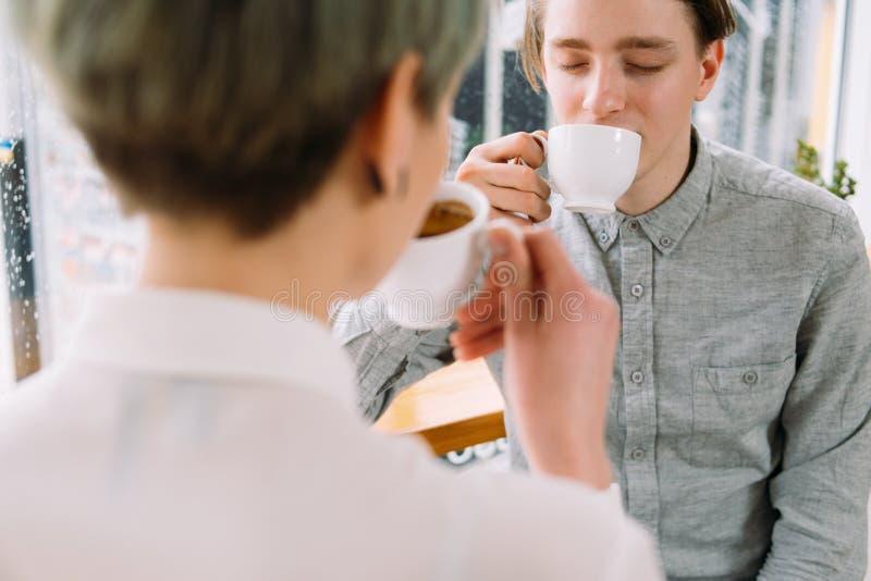 El hombre joven disfruta de placer del cafeína del café de la taza fotografía de archivo libre de regalías