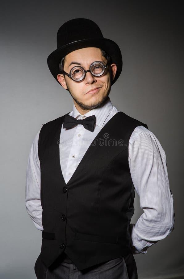 El hombre joven en chaleco y sombrero negros clásicos imagen de archivo libre de regalías