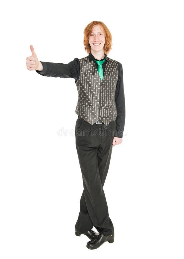 El hombre joven en el traje para el irlandés baila mostrando los pulgares para arriba imágenes de archivo libres de regalías
