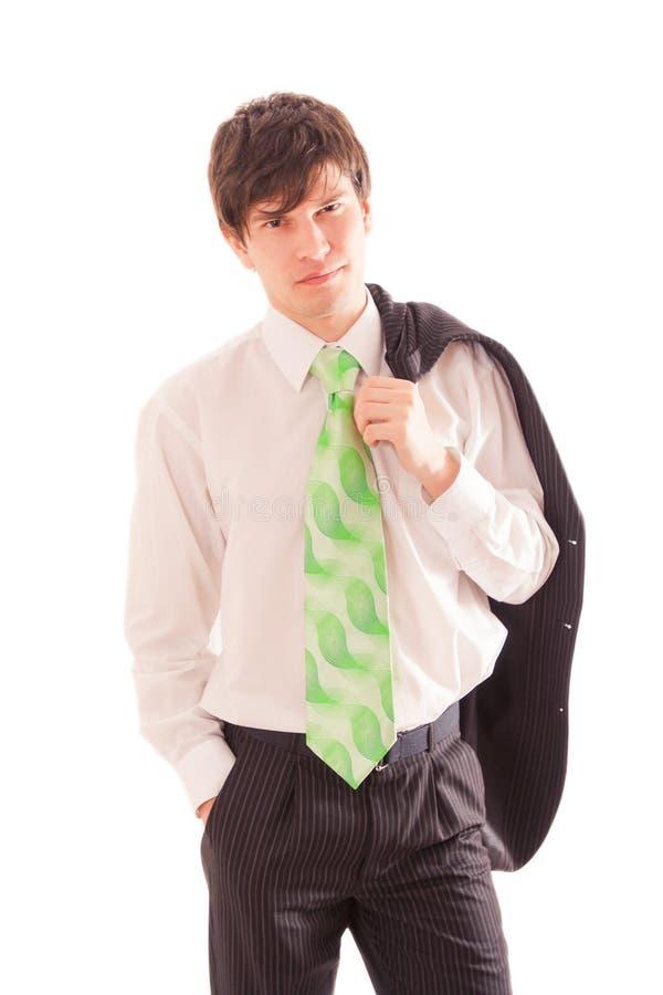el hombre joven en la camisa y el lazo blancos sostiene la capa rayada en hombro fotos de archivo libres de regalías