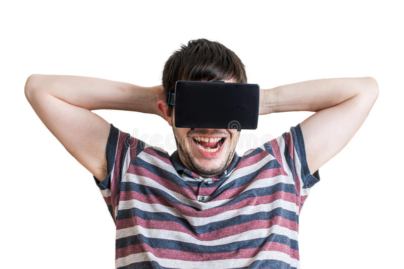 El hombre joven es emocionado y feliz Él está llevando las auriculares de la realidad virtual 3D imagen de archivo libre de regalías