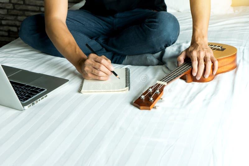 el hombre joven escribe una canción o una música fotografía de archivo