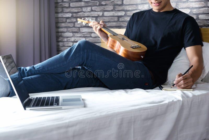 el hombre joven escribe una canción o una música imágenes de archivo libres de regalías