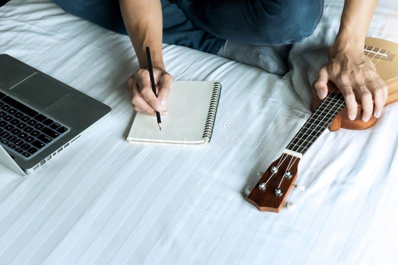 el hombre joven escribe una canci?n o una m?sica fotos de archivo libres de regalías