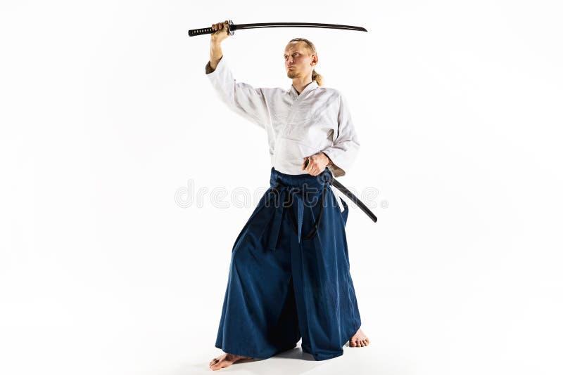 El hombre joven está entrenando a Aikido en el estudio imagen de archivo libre de regalías