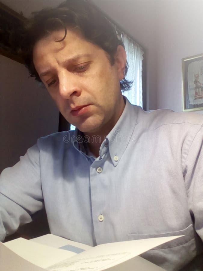 El hombre joven está estudiando en el libro - foto fotografía de archivo libre de regalías