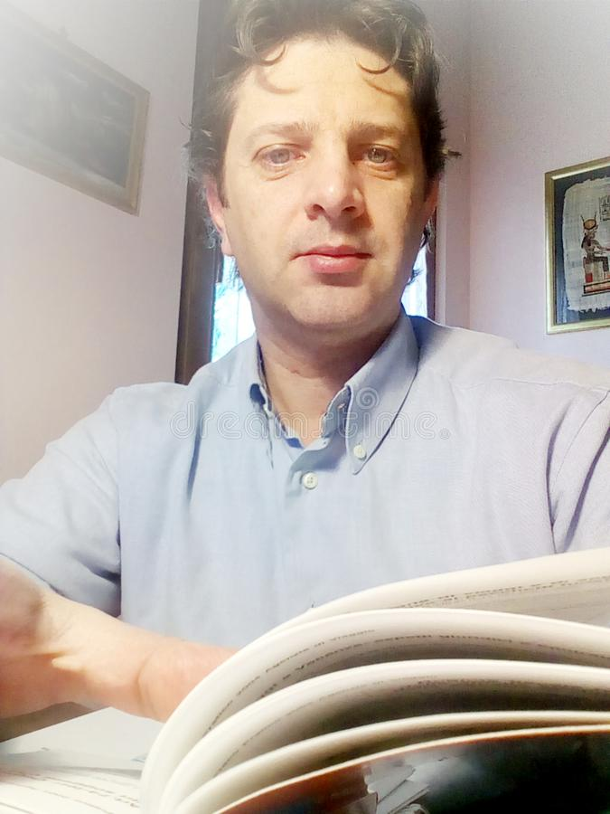 El hombre joven está estudiando en el libro - foto fotos de archivo libres de regalías