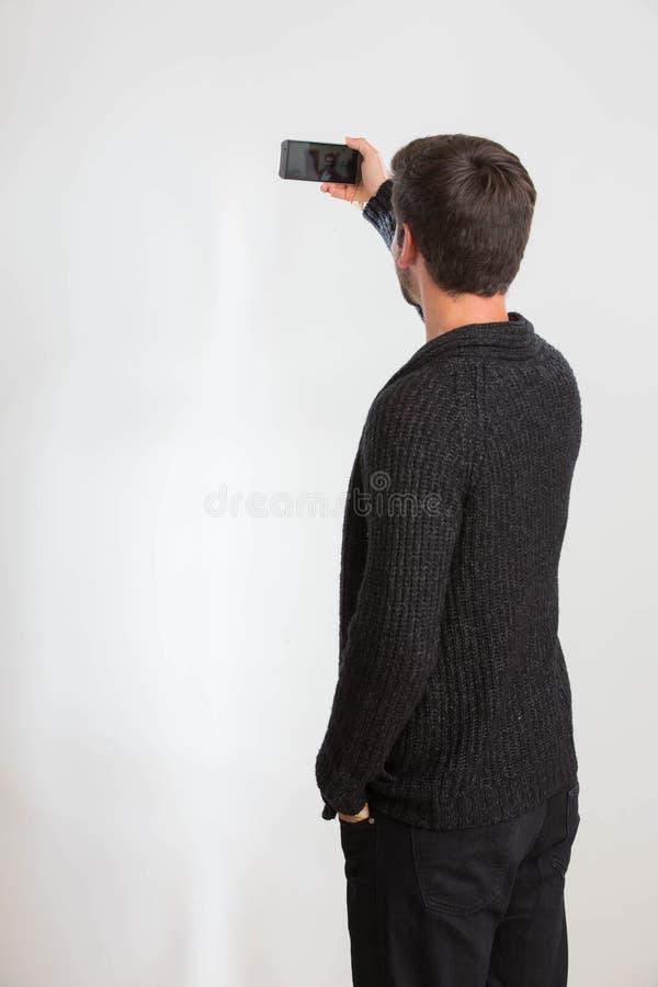 El hombre joven está tomando un autorretrato imagen de archivo