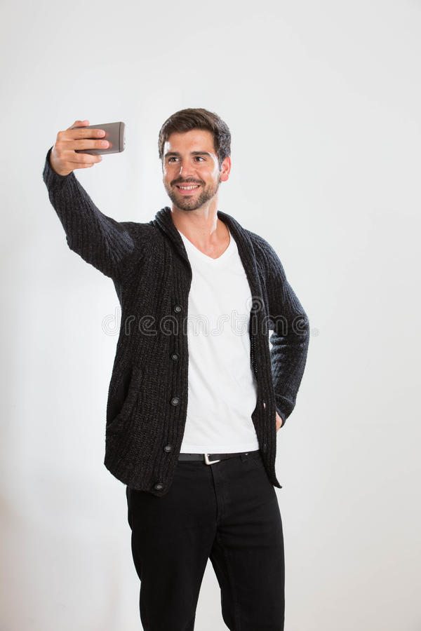 El hombre joven está tomando un autorretrato fotos de archivo libres de regalías