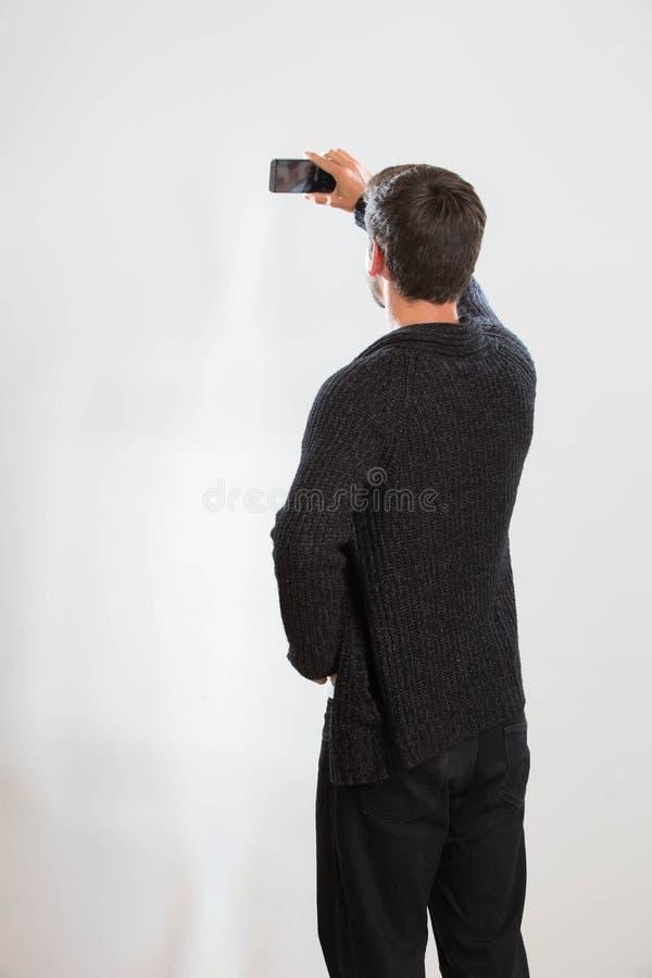 El hombre joven está tomando un autorretrato imagenes de archivo