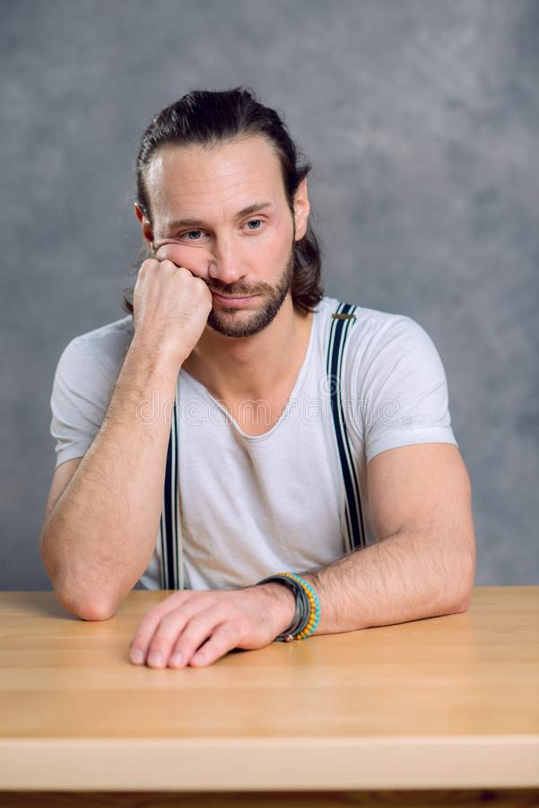 El hombre joven está triste imagenes de archivo
