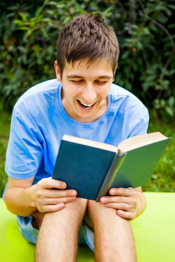 El hombre joven leyó un libro fotos de archivo