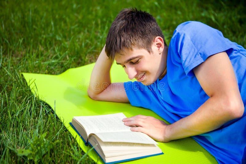 El hombre joven leyó un libro imagen de archivo