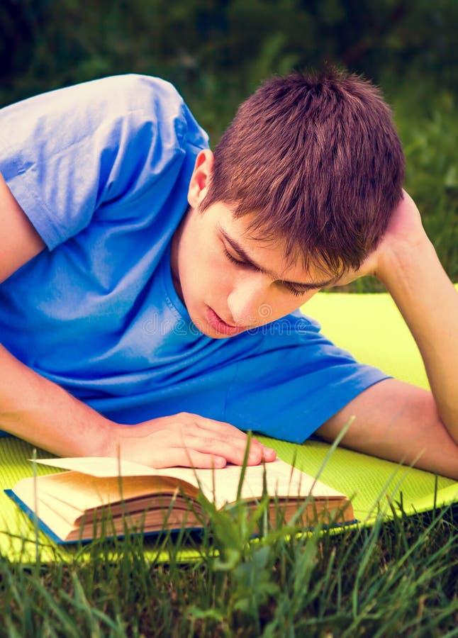 El hombre joven ley? un libro foto de archivo libre de regalías