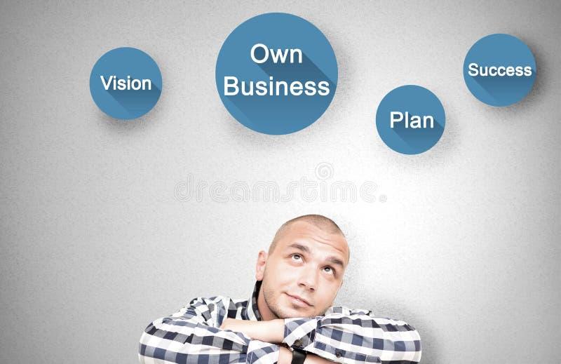 El hombre joven muestra cualidades importantes en propio negocio imagen de archivo libre de regalías