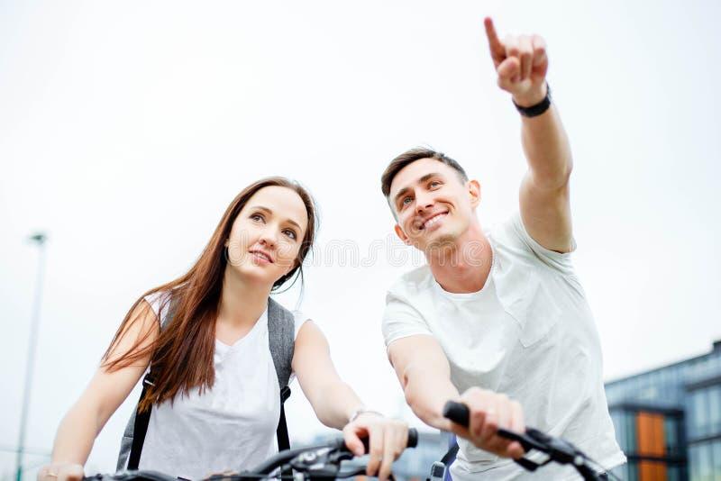El hombre joven muestra su ruta de la novia Viaje de la bicicleta fotos de archivo