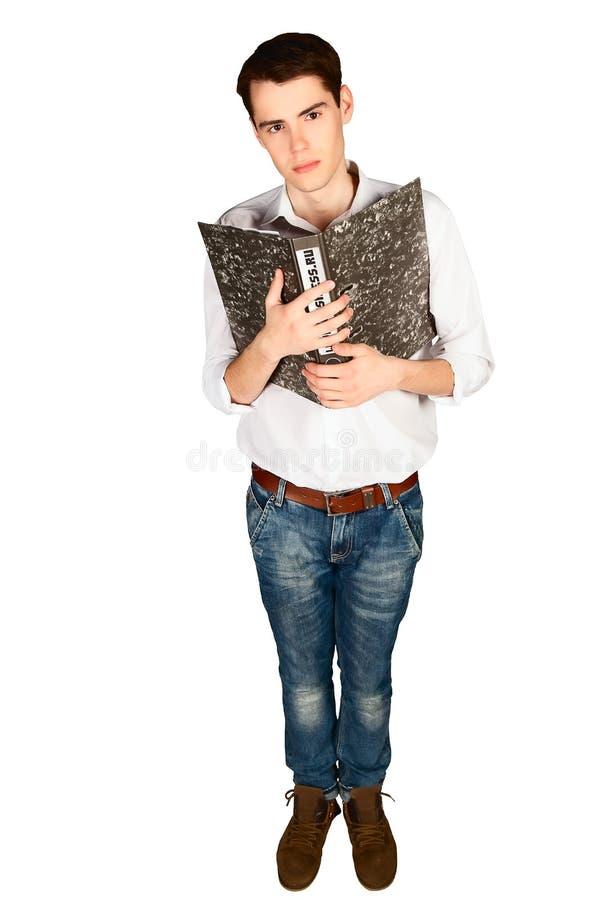 El hombre joven presiona su pecho que la carpeta administrativa con los papeles aisló vertical fotos de archivo libres de regalías