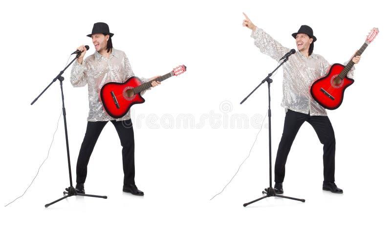 El hombre joven que toca la guitarra y que canta fotos de archivo libres de regalías