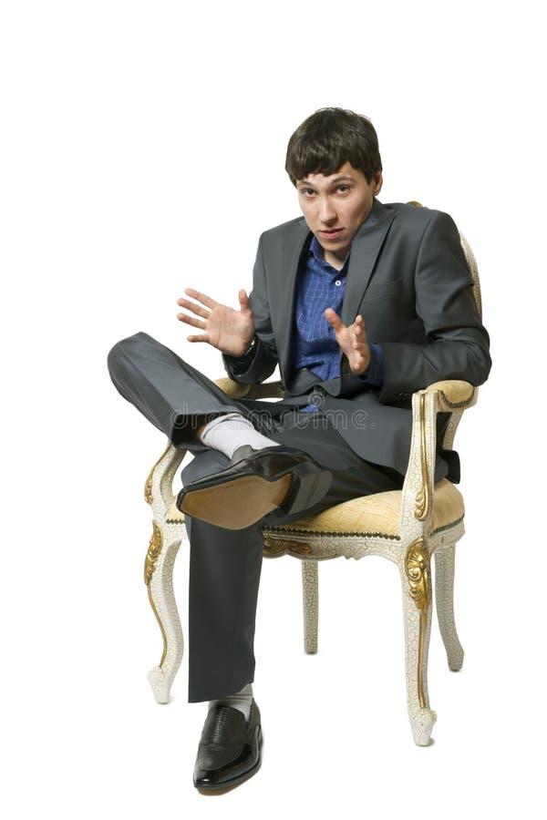 El hombre se sienta en silla imagen de archivo libre de regalías