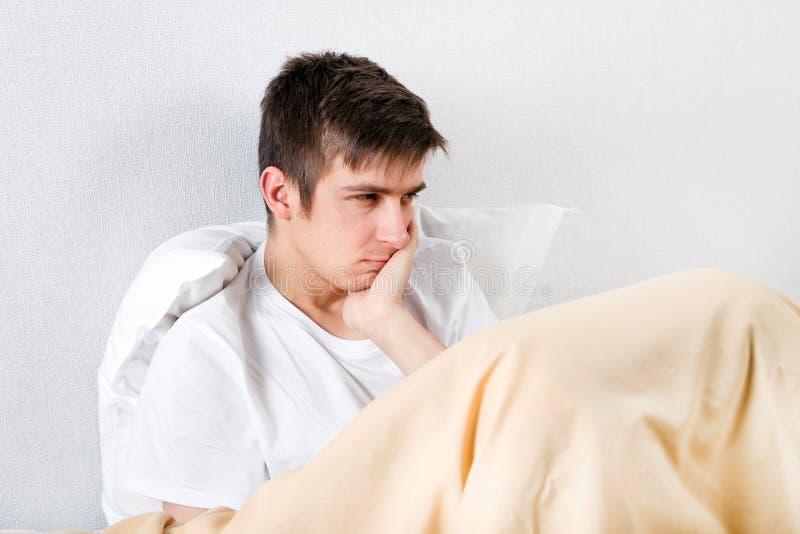 El hombre joven siente dolor de muelas foto de archivo