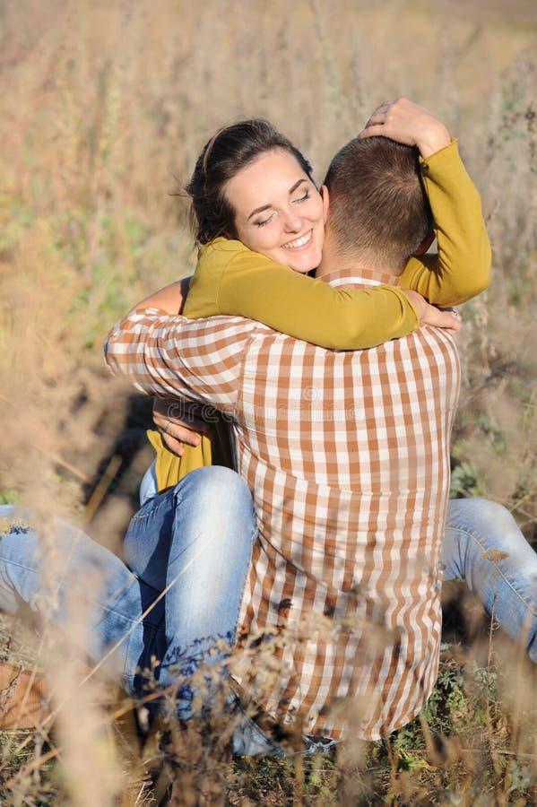El hombre joven y la mujer tienen un resto al aire libre, familia al aire libre fotos de archivo