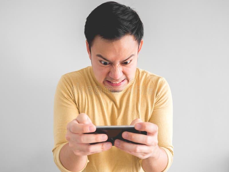 El hombre juega al juego furiosamente imagenes de archivo