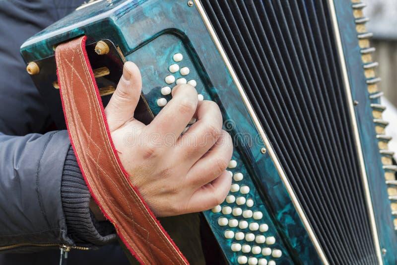 El hombre juega el acordeón foto de archivo libre de regalías