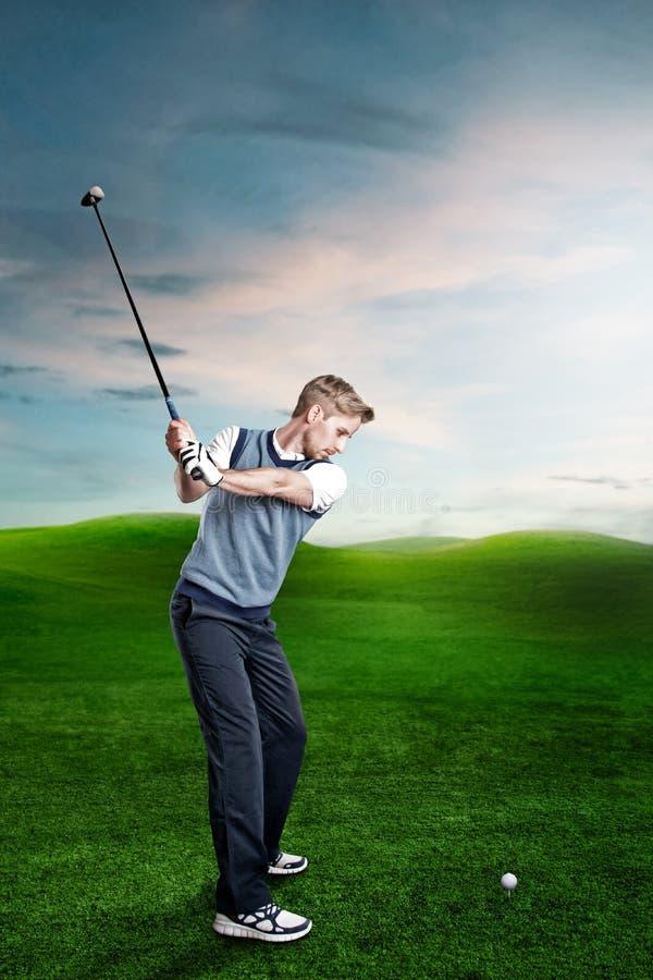El hombre juega a golf fotografía de archivo libre de regalías
