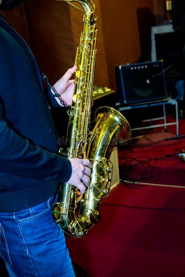 El hombre juega un saxo tenor fotografía de archivo libre de regalías