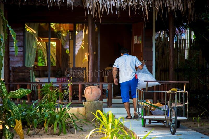 El hombre limpia Hotel tropical de la casa de planta baja Hay un servicio de la criada El limpiador trabaja imagen de archivo