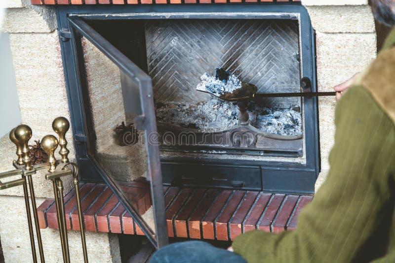 El hombre limpia la chimenea con la espátula fotos de archivo libres de regalías