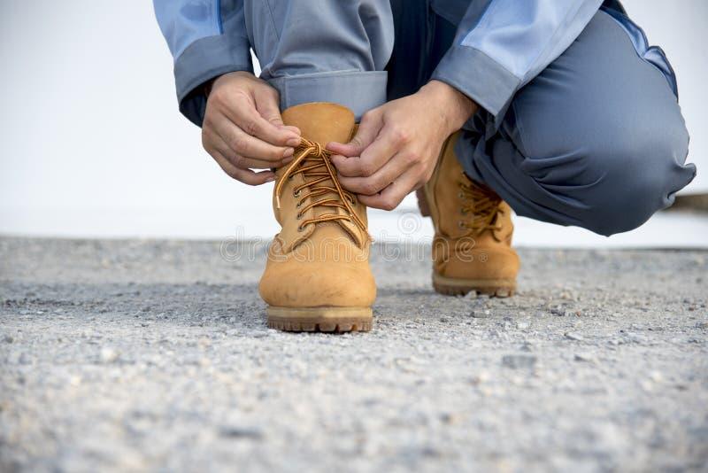 El hombre lleva botas marrones concepto del recorrido imagen de archivo