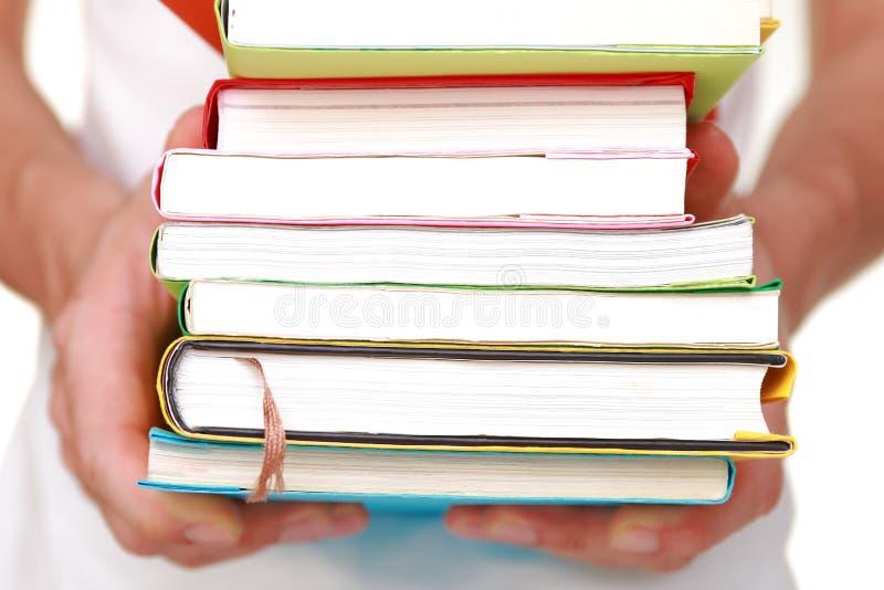 El hombre lleva los libros imágenes de archivo libres de regalías