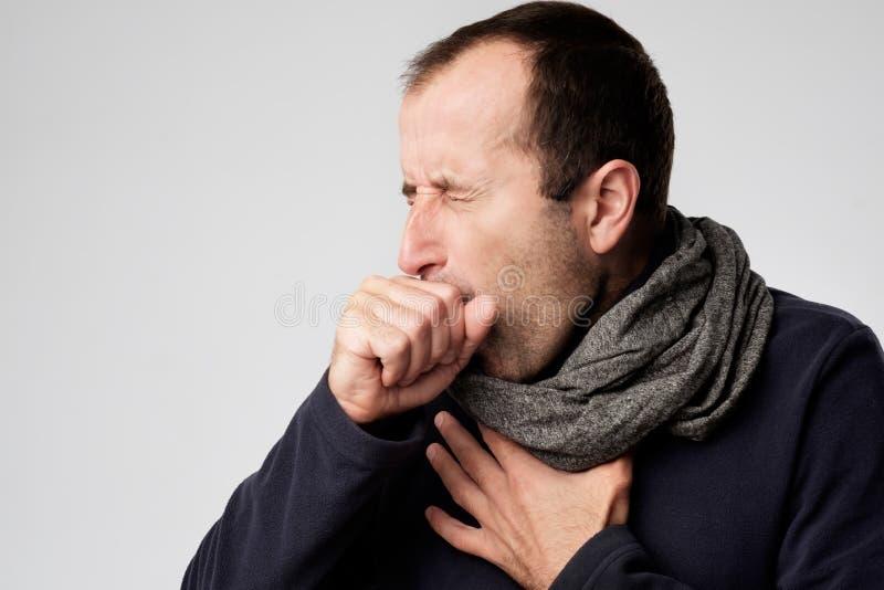 El hombre maduro está enfermo de fríos o de pulmonía imágenes de archivo libres de regalías