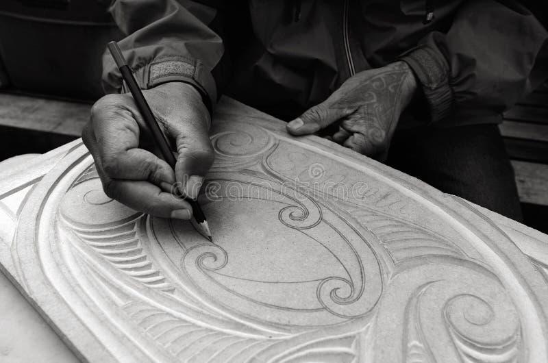 El hombre maorí da modelos del dibujo de la talla de Maori Wood foto de archivo libre de regalías