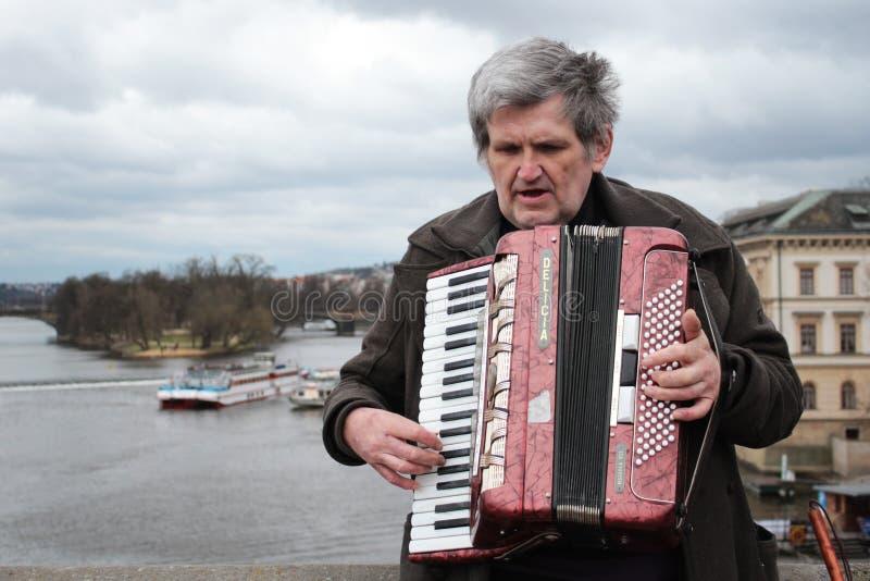 El hombre mayor juega el acordeón, Praga, República Checa foto de archivo