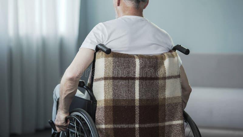 El hombre mayor que siente dolor agudo adentro apoya después de despertar, condiciones pobres el dormir foto de archivo