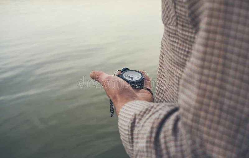 El hombre mira el despertador viejo imagenes de archivo
