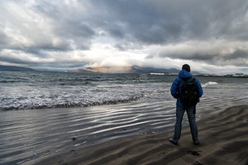 El hombre mira en horizonte con el paisaje marino de reykjavik en Islandia concepto futuro de las metas Amantes de naturaleza El  imagen de archivo