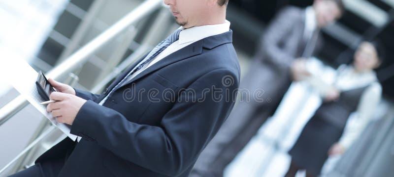 El hombre moderno saca la tarjeta de crédito de su cartera fotografía de archivo
