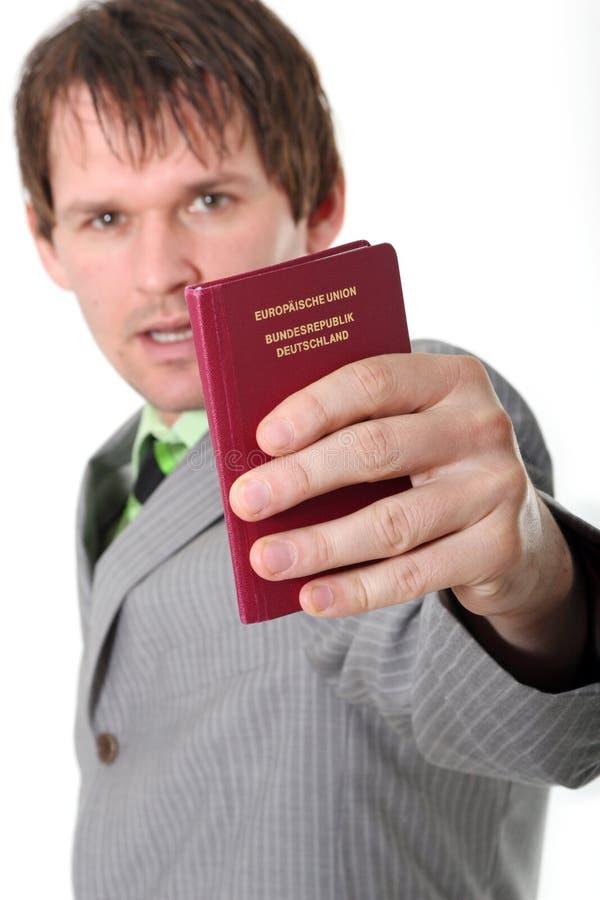 El hombre muestra el pasaporte alemán foto de archivo