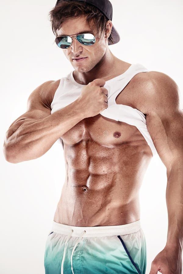 El hombre muscular atractivo de la aptitud que muestra el sixpack muscles sin la grasa imágenes de archivo libres de regalías